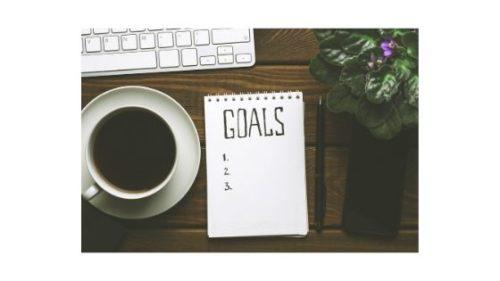 jak osiągnąć cel - kawa z kartką papieru na której wyznaczamy sobie swoje cele życiowe