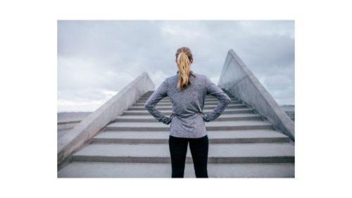 dlaczego warto mieć cele - kobieta i schody