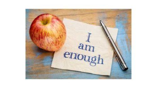 Jabłko i kartka papieru z napisem: I am enough. Co to jest afirmacja