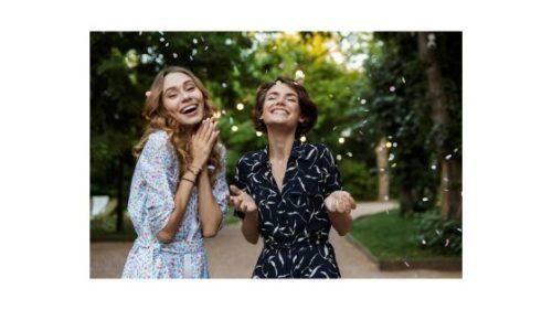 dwie uśmiechnięte kobiety
