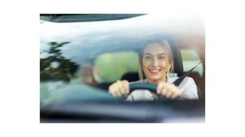 Kobieta prowadzi auto