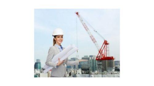 Kobieta z planami budowy